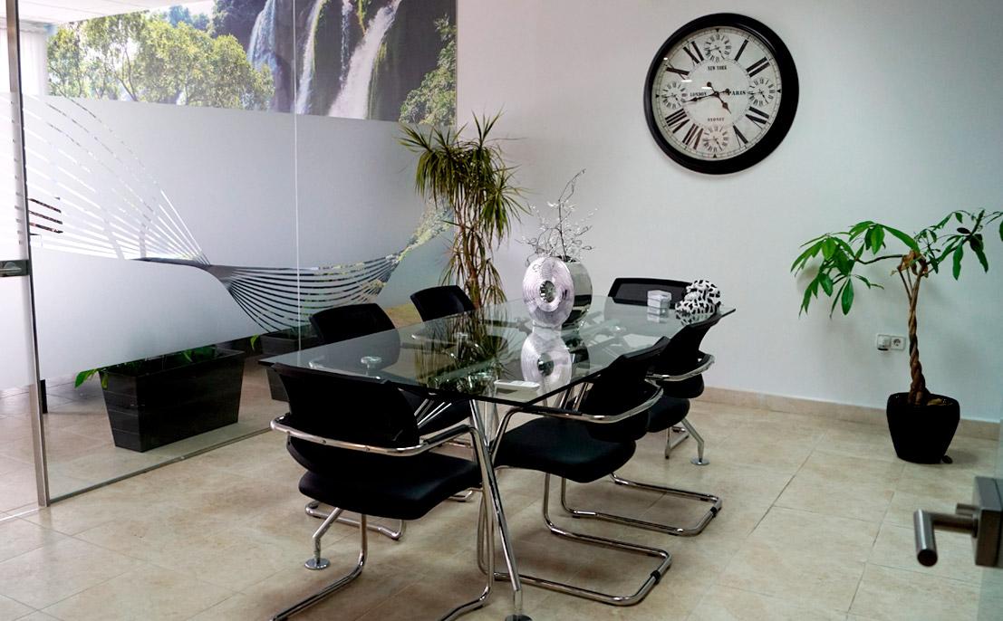 Sala de reuniones dentro de las oficinas de BLASTRANS